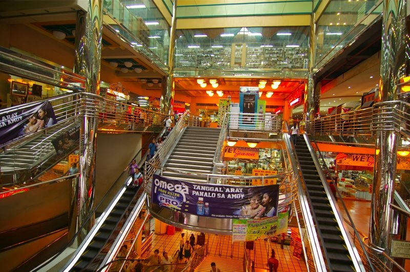 1~2階は衣類、機器、電気製品などが販売されています
