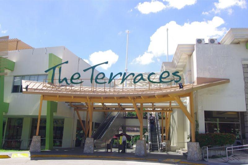 ザ テラスではカフェやレストランが数多くありますので、お食事にも困りません。また、週末は、バンドなどの生演奏も催しされます。