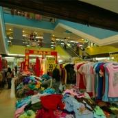 1階から3階まで手頃な衣服を買い物できます