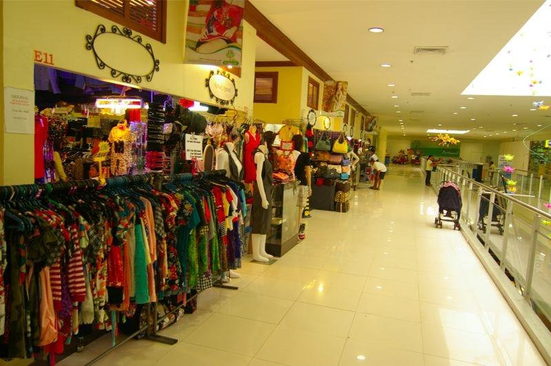 2階には安い洋服屋が多く出店してます。