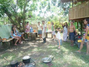 ボホール地震直後、お隣宅の庭で集まる_