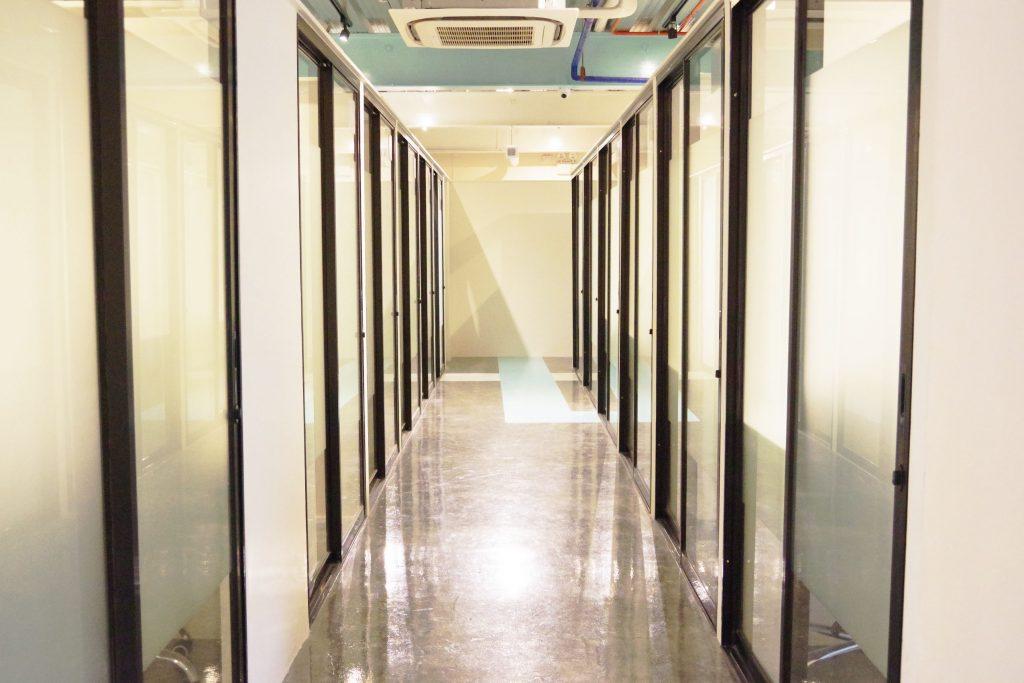 The Comapnyの企業向けシェアオフィスの廊下