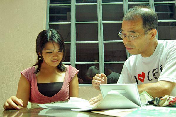 フィリピン人講師と英語の授業を受ける宮島さん