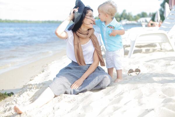ビーチに座る親子
