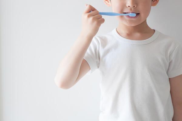 歯磨きをする子どもの写真