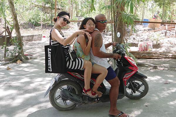 セブ_モアルボアル_ホワイトビーチ_バイクタクシーに乗る女の子たち