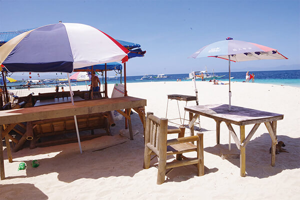 セブ_モアルボアル_ホワイトビーチ_海辺のテーブル