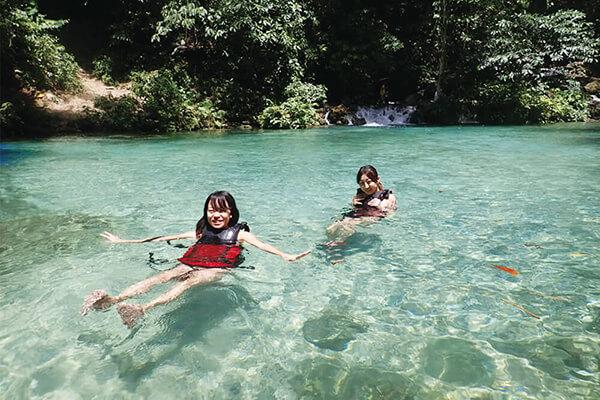 セブ_モアルボアル_カワサンフォール_川で泳ぐ女の子たち