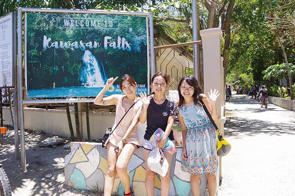 セブ_モアルボアル_カワサンフォール_看板の前で撮影する女の子たち