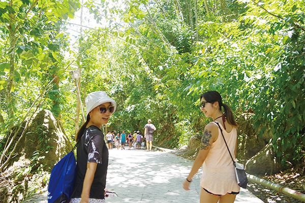 セブ_モアルボアル_カワサンフォール_道を歩く女の子たち