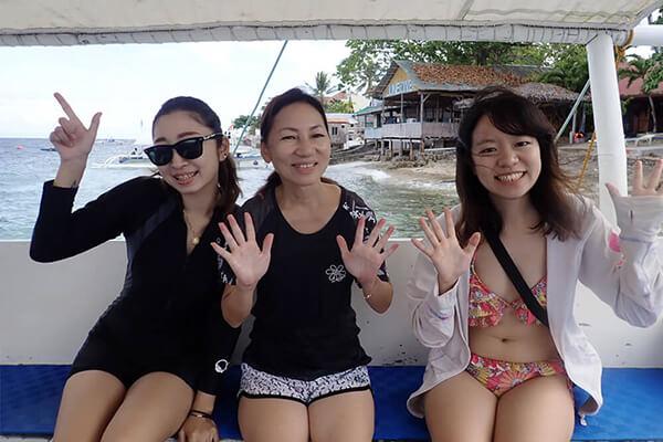 セブ_モアルボアル_ダイビングショップ_バンカーボートに乗る女の子たち