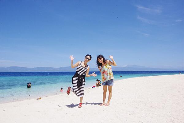 セブ_モアルボアル_ホワイトビーチ_海の前でポーズをとる女の子たち