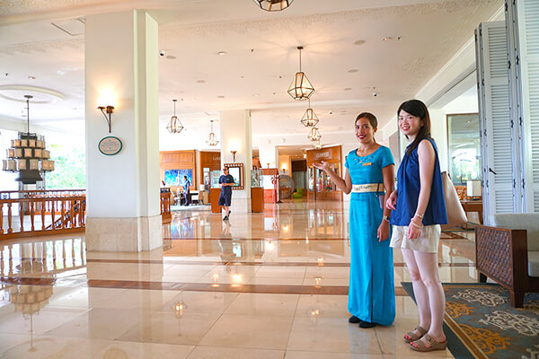 ホテルロビーでスタッフの方と写真