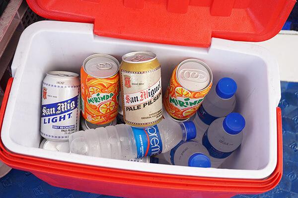 水、ビール、ジュースなど