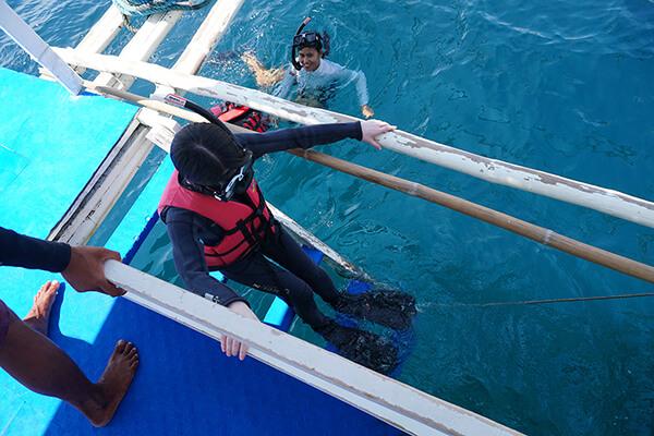 船に付いているハシゴで入水