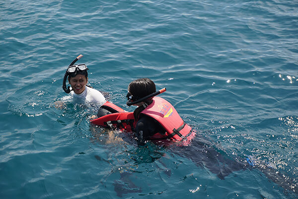 ガイドさんが泳ぎの苦手なスタッフをフォロー