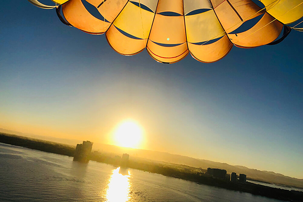 セブ_アイランドホッピング_パラセーリング_パラセーリングから眺める夕日