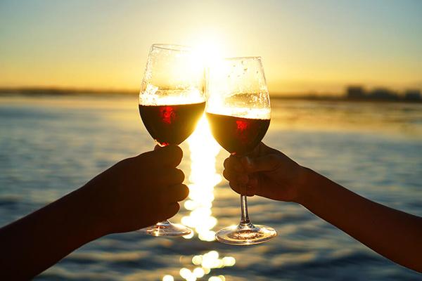 セブ_オプショナルツアー_サンセット_夕日に照らされるワイングラス
