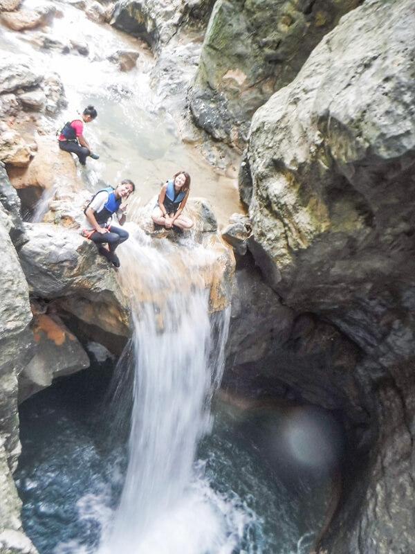 セブ_オプショナルツアー_滝_滝の上でポーズをとる女の子