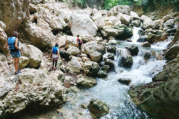 セブ_オプショナルツアー_滝_カットモン渓谷を歩く人々