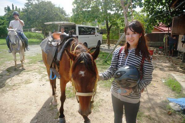セブ_オプショナルツアー_乗馬_馬の隣に立つ女の子