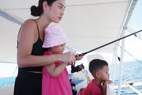 セブ_オプショナルツアー_釣り_釣りをする親子