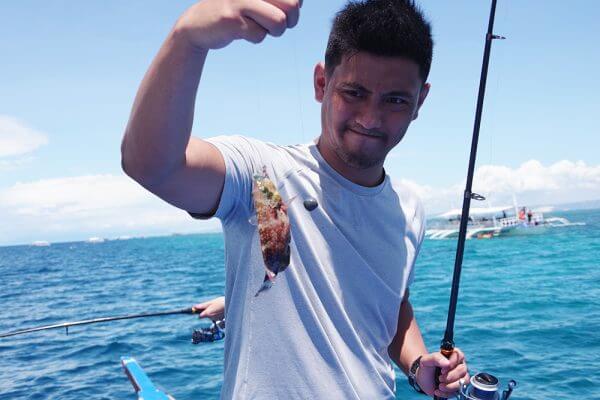 セブ_オプショナルツアー_釣り_魚を釣った男性