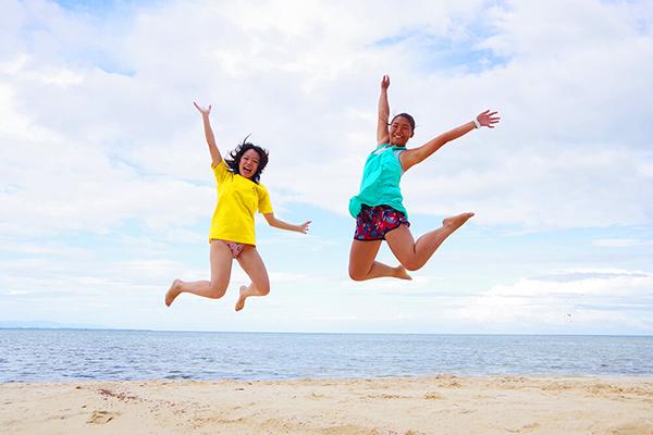 セブ_オプショナルツアー_ダイビング_海辺でジャンプする2人