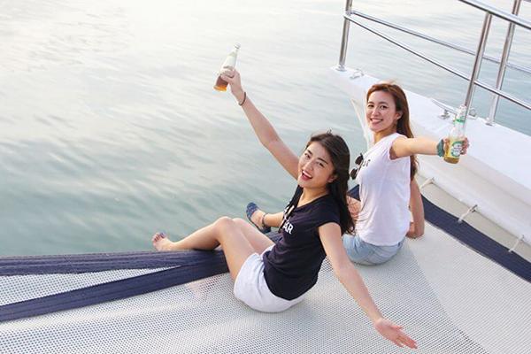 セブ_オプショナルツアー_クルーズ_お酒を持つ女の子たち