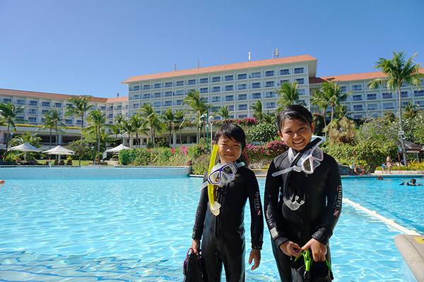 セブ_オプショナルツアー_ダイビング_プールの前にいる子ども