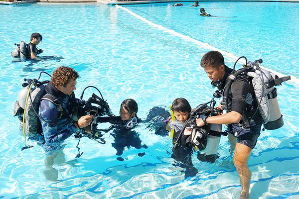 セブ_オプショナルツアー_ダイビング_プール講習をする子ども