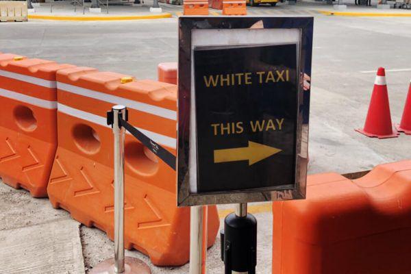 セブ・マクタン国際空港からの移動手段、ターミナル1の白タクシー看板