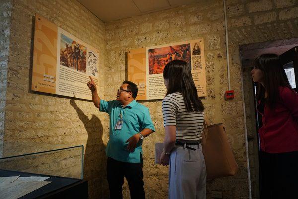 セブ市内観光ツアー、博物館スタッフ説明