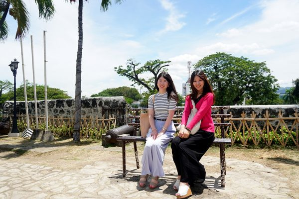 セブ市内観光ツアー、フォートサンペドロ要塞で記念撮影