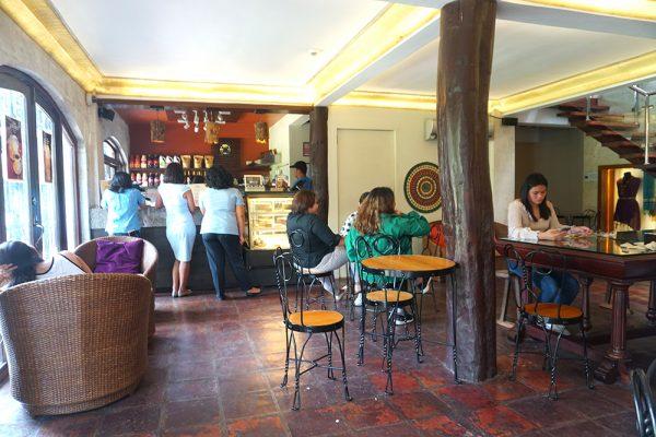 セブ市内観光ツアー、カサゴロルド邸のカフェ