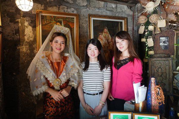 セブ市内観光ツアー、サンディエゴ邸の受付の女性