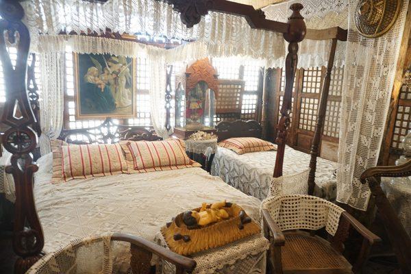 セブ市内観光ツアー、サンディエゴ邸のベッド