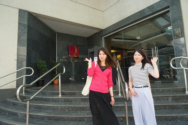 セブ市内観光ツアー、クエストホテルの前