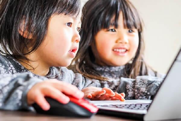 オンライン学童を受ける子ども