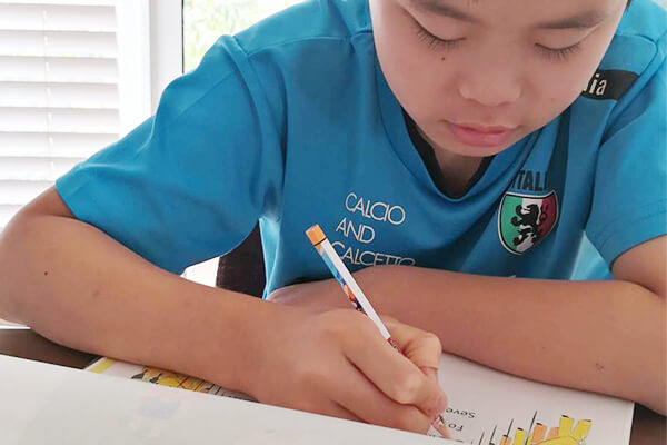 英語の勉強をする子ども