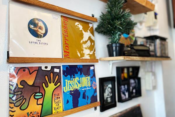 レコードが並ぶ壁