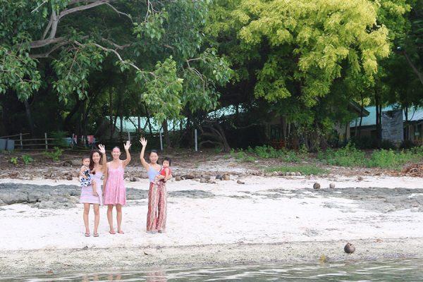 手を振る島の女性
