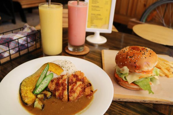野菜カレーとハンバーガー