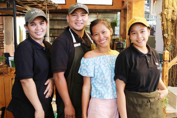 カフェのフィリピン人スタッフ